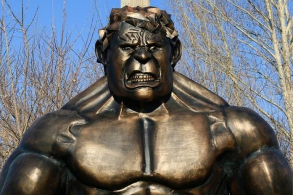 В Омске появилась скульптура металлического Халка. На новом месте у него весьма необычная профессия