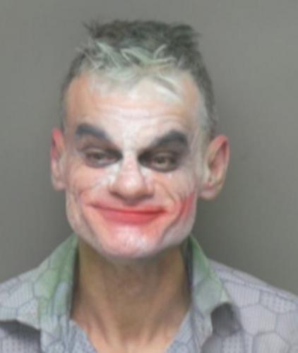 Мужчина в гриме угрожал посетителям торгового центра, и его арестовали. Но похоже, он не скажет, где детонатор