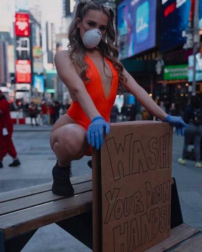 Девушка придумала, как убедить людей тщательно мыть руки. Для этого пришлось раздеться и выйти на Таймс-Сквер