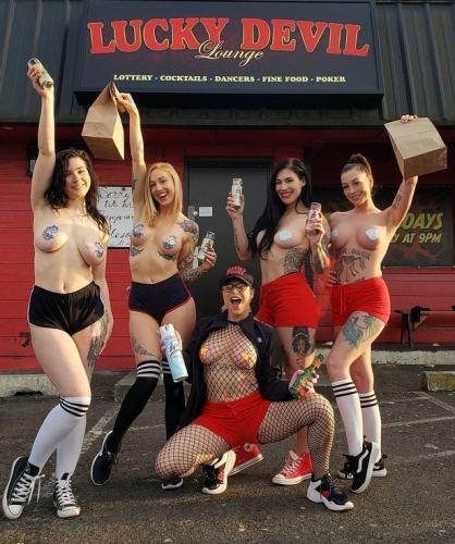 Из-за коронавируса в Портленде закрыли стриптиз-клуб. Но танцовщицы не растерялись и занялись доставкой еды