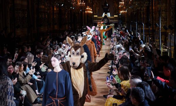 Стелла Маккартни посвятила свой показ сильным женщинам. Но схитрила - на подиум вышли кролик, лиса и корова