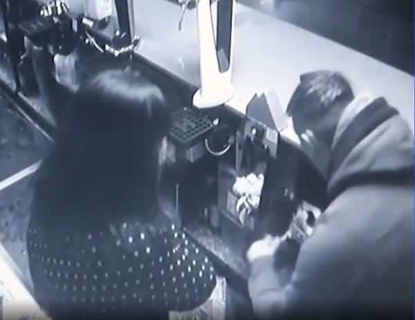 Парень пошёл грабить бар с пистолетом, но передумал. Барменша растопила его сердце, и вместо угроз он обнял её