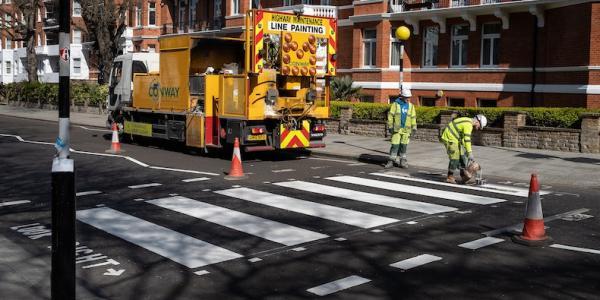 Знаменитый пешеходный переход с обложки альбома The Beatles засиял новой краской. А всё благодаря коронавирусу