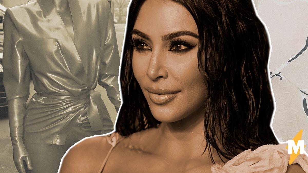 В сети увидели, как Ким Кардашьян натягивает латексный костюм. Люди уверены – красота не стоит таких мучений