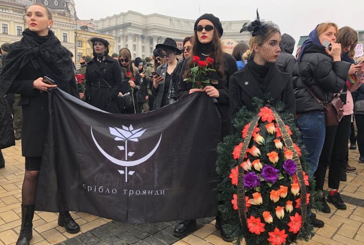 На Марш женщин принесли гроб с феминизмом. И люди пришли в восторг - пока не поняли, что эти похороны не шутка