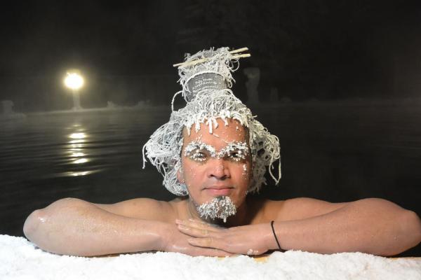 Люди отращивают на голове сосульки, ныряя в кипяток и терпя мороз. Но это не сумасшествие, а способ заработка