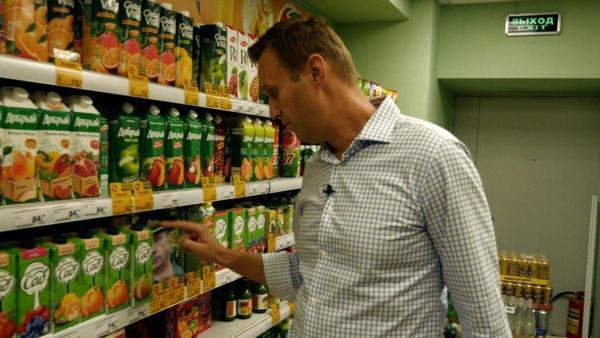 К Алексею Навальному пришли приставы, но никто не удивился. А вот его рука быстро превратилась в мем