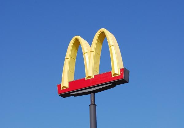 """Реклама тайского """"Макдоналдса"""" сломала людям мозг. Во всём виновата оптическая иллюзия, и она очень вкусная"""