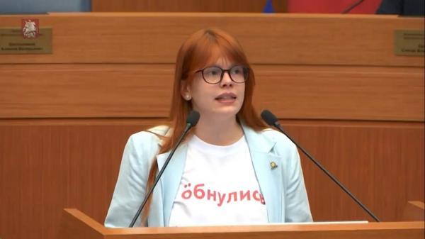 "Депутата-единоросса возмутила футболка коллеги. Ведь надпись ""Обнулись"" на груди противоречит закону"