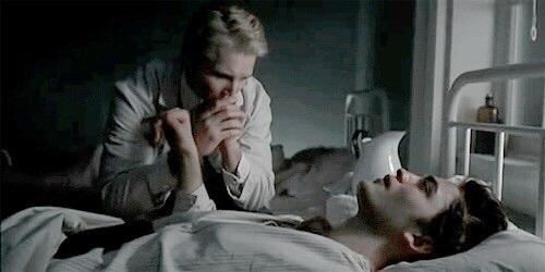 Девушки по всему миру ждут, пока самый красивый доктор спасёт их от COVID-19. И этот врач - древний вампир