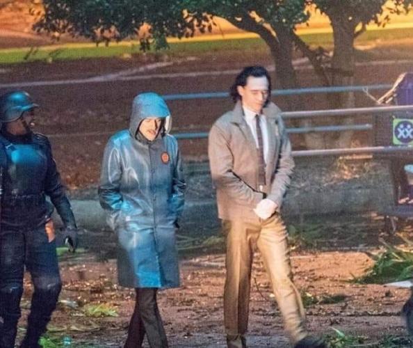 Первые кадры со съёмок сериала про Локи выз. Суперзлодей гуляет без костюма и работает с копами