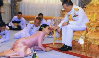 Король Таиланда сел на царский карантин в отеле с наложницами, но люди меры не оценили. Кажется, они завидуют