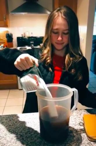 Американка показала, как в её стране пьют чай. И все уверены: она ломает зрителям психику - а себе холодильник