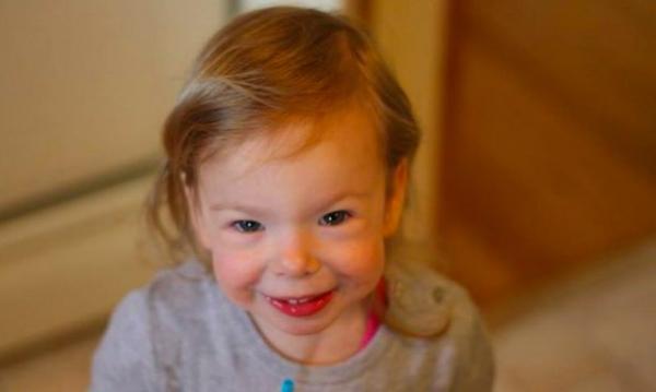 Кроха выглядит самым счастливым ребёнком, но улыбке нельзя верить. Мама уже 9 лет объясняет всем - это болезнь