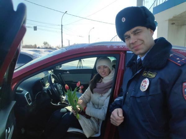 Новосибирские автоинспекторы вручили женщинам не штрафы, а цветы. Но мужчины недовольны, и поводов немало