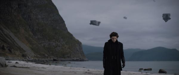 """Летающие диваны и Тимоти Шаламе в пальто. Люди увидели первый кадр из """"Дюны"""", но оценили его не все"""