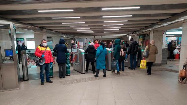 """На метро в Москве теперь можно ездить только по """"Тройке"""" с пропуском. Но люди свободно проходят в подземку"""