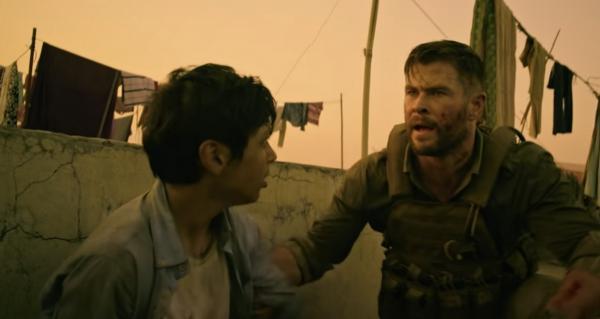 Новый фильм с Крисом Хемсвортом вызвал критику, и дело не в сюжете. А в жёлтом фильтре на кадрах с Бангладеш