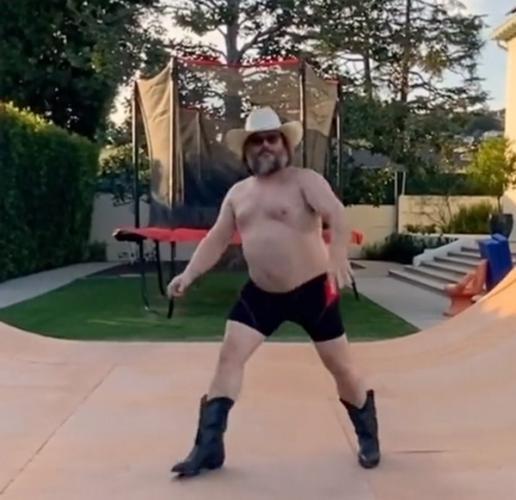 Джек Блэк танцует как бог упоротости и грации. Актёр внезапно завёл TikTok, и мемоделы приняли вызов на ура