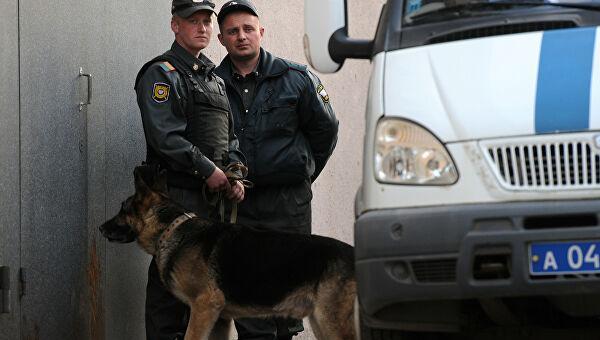 Как патрули в Москве останавливают нарушителей карантина. На камеру они общаются вежливо, но ходят с собаками
