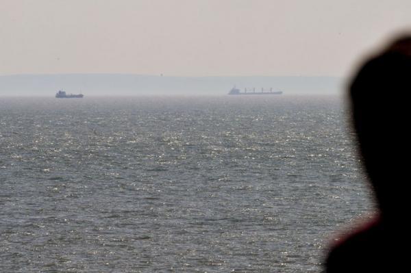 Жителей Уэльса удивили загадочные корабли, застывшие у берега. И их история жутковата - для мировой экономики