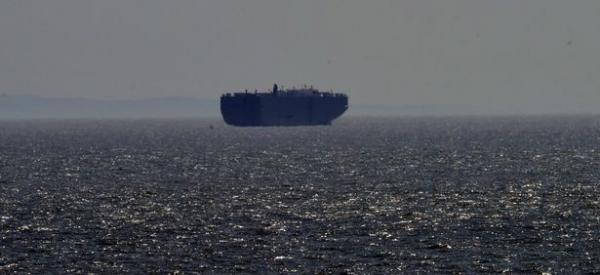 Жителей Уэльса напугали загадочные корабли, застывшие у берега. И их история жутковата - для мировой экономики