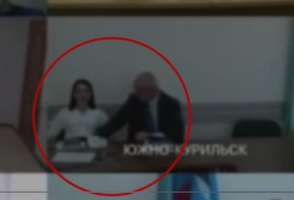 В Сети провели расследование поведения мэра Южно-Курильска. Оказалось, он искал под столом бюджет и антисептик