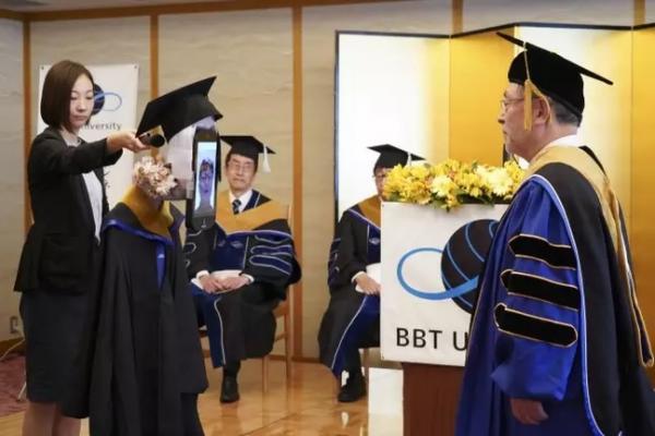 Студенты посетили церемонию вручения дипломов не выходя из дома. И помогли им в этом настоящие роботы-аватары