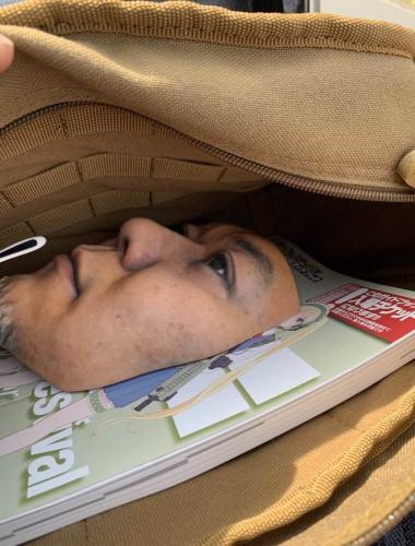 Хитрец придумал, как спать на глазах у начальника, но метод криповый. Ведь ему пришлось завести второе лицо
