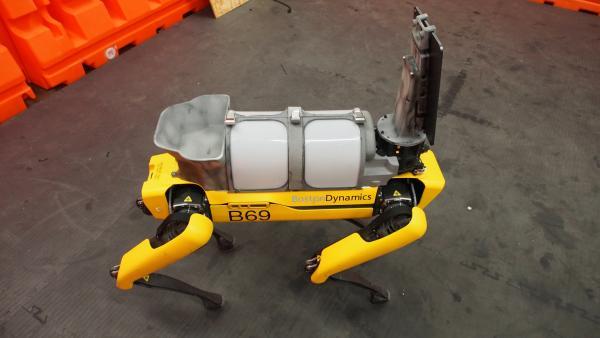 Те самые роботы из Boston Dynamics присоединились к борьбе с COVID-19. И они носят к пациентам головы врачей
