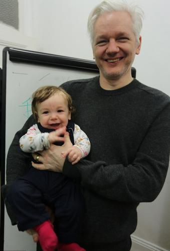 Джулиан Ассанж успел стать отцом, пока прятался в посольстве Эквадора. Он нашел любовь среди своих адвокатов