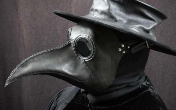 Люди защищаются от COVID-19 с помощью подручных средств. Выходит безумно – ведь это кадры из фильма про зомби