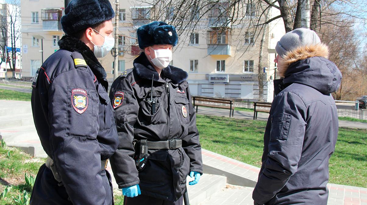 Видео с полицейским из Краснодара расходится по Сети. Он решил, что пистолет - лучшая профилактика COVID-19