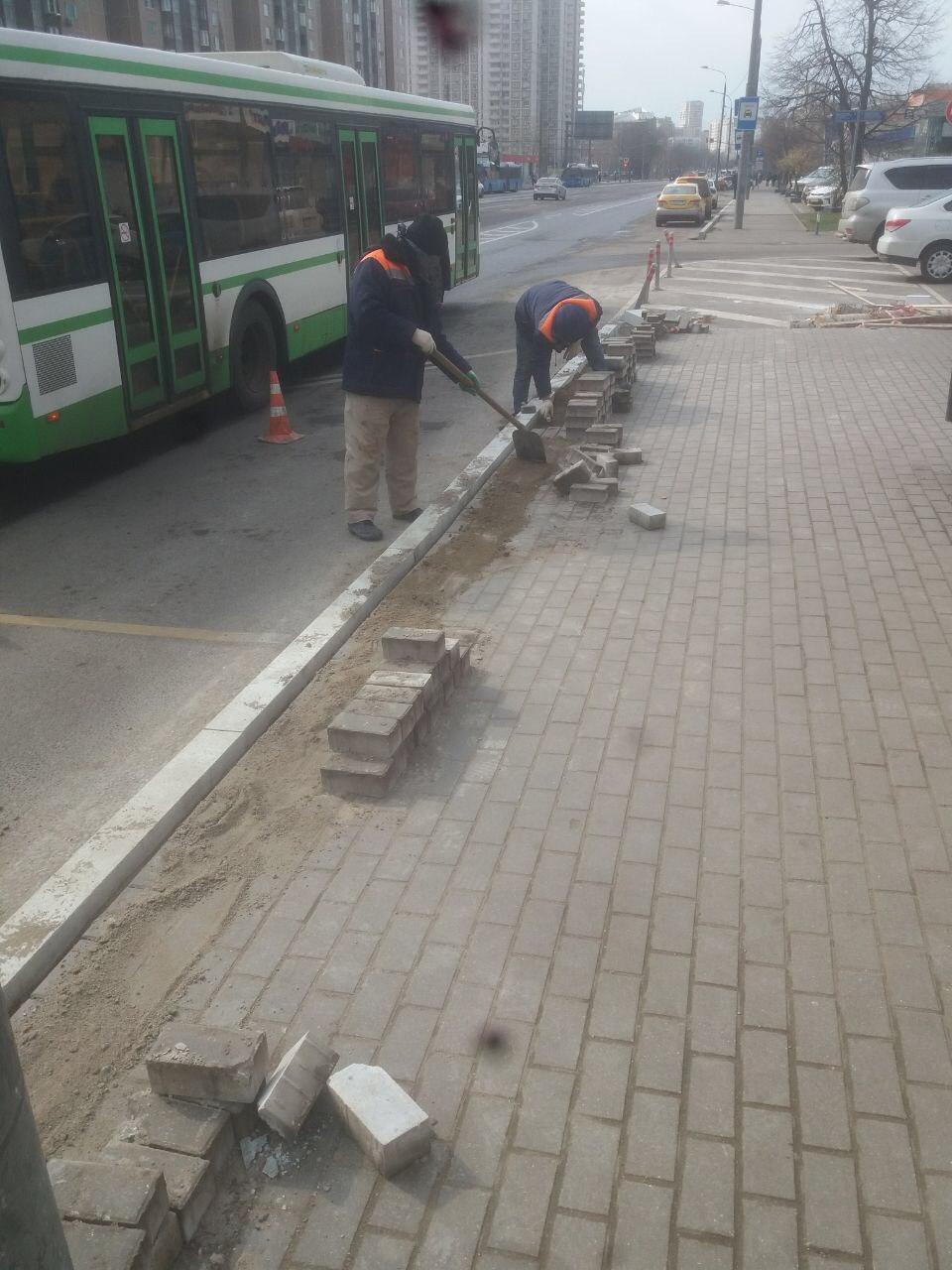 """На Чистых прудах рабочие меняют плитку. Власти утверждают, что """"гуляющую"""" плитку просили починить сами жители"""