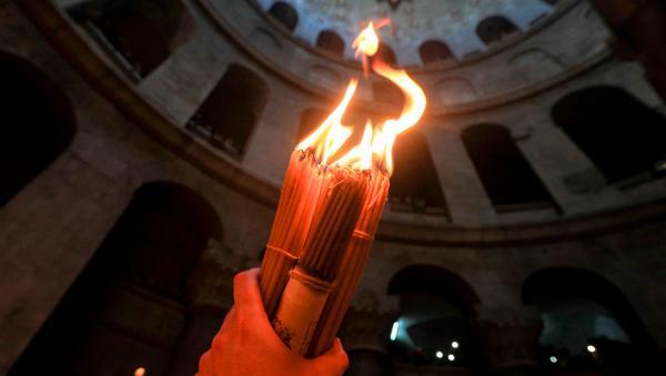 Конец света отменяется — в Иерусалиме сошёл Благодатный огонь. И кадры его передачи напоминают шпионский фильм