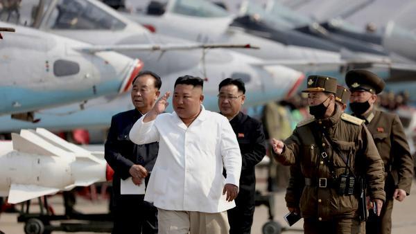 В Пхеньяне – паника и вертолёты в небе. Но в смерти Ким Чен Ына есть сомнения, ведь для КНДР это не впервой