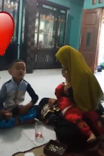 Папа снял на видео, как лечит детей от COVID-19. Но врачи метод не одобрили, ведь курение вредит даже взрослым
