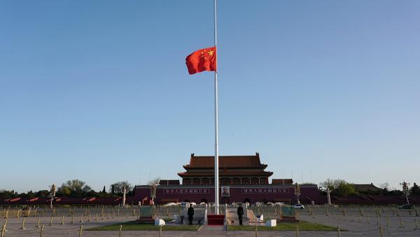 В Китае объявлен траур по погибшим от COVID-19. Их почтили минутой молчания и тревожными сигналами машин