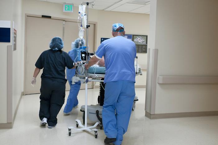 Не хотите, чтобы вас интубировал эндокринолог - сидите дома. Врач из США сравнил COVID-19 с военным временем