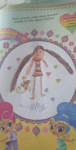 Дочь нарисовала маму, и вышло очень правдоподобно. Правда, такой детализации ног девушки точно не позавидуют