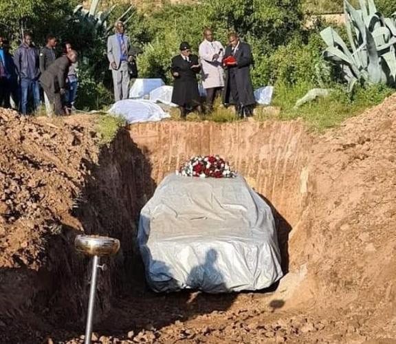 Политик до смерти любил свой мерседес, причём буквально. Ведь даже на собственные похороны он прибыл за рулём