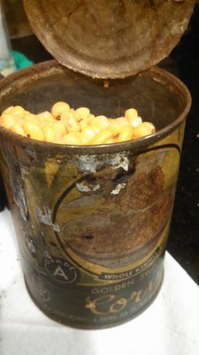 Бабушка и внучка нашли столетнюю банку кукурузы. Открыв консервы, они не поверили своим глазам (и носу)