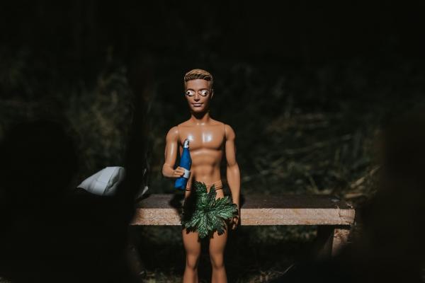Фотограф решила устроить свадебную фотосессию куклам, но в итоге запечатлела целую драму.