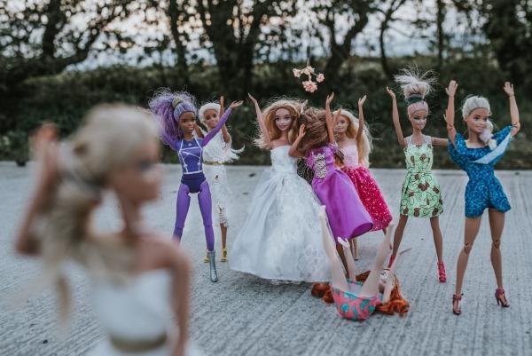Фотограф устроила фотосет для кукол и в итоге сняла настоящий ромком. Сценаристам Голливуда пора подвинуться