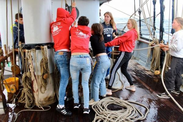 Школьники застряли в океане из-за коронавируса