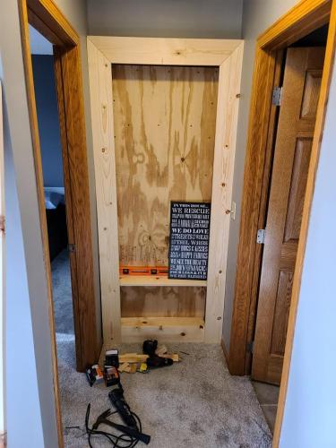 Пара сделала секретный проход в спальню, превратив дверь в полку. И вы можете сделать так же