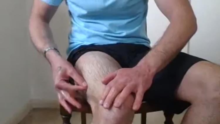Тренер показывал, как надо втирать масло в тело, но делал это слишком горячо.