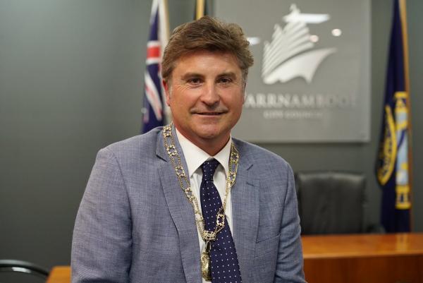 Австралийский мэр схлопотал штраф в тысячу долларов. Его застукали нарушающим карантин с банкой пива