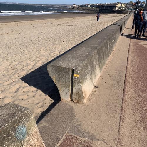 Люди нашли на стенах загадочные точилки для карандашей. Они там для удобства, но воспользоваться ими нелегко