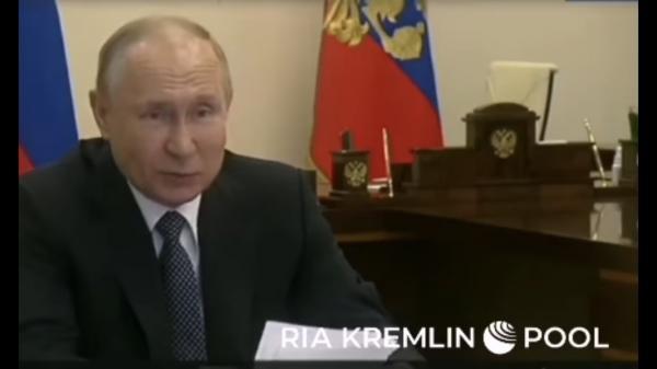 Люди всмотрелись в костюмы Путина, и им уже не смешно. Обращения президента теперь вызывают ещё больше тревоги